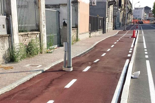 Ciclabile con pali in via Pavia